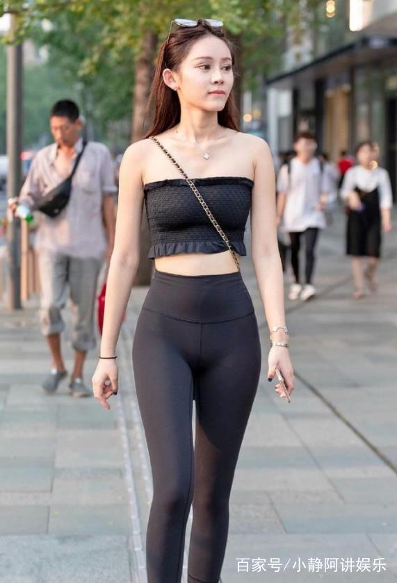 街拍:抹胸美女紧身搭配黑色性感裤,尽显傲人上衣,身材性感图案简单图片