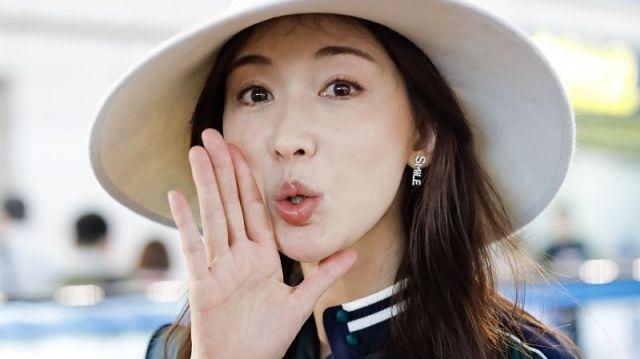 """林志玲现身机场,绿长裙女神范儿十足,粉丝喊""""我爱你""""嘟嘴回应"""