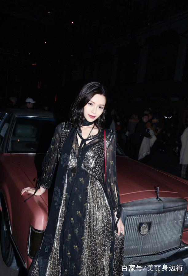 本身文咏珊更是一个模特出身的演员,有着十分姣好的面容跟曼妙身材,今