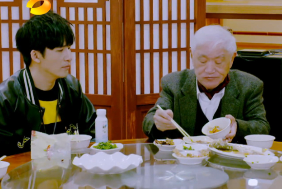 84岁牛犇晚年生活曝光,住老年公寓自己剪发,大口吃冰淇淋超豪爽