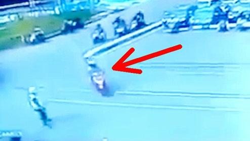 铁路口列车刚驶过,对面摩托车就急着走,没想到监控却拍下这样一幕