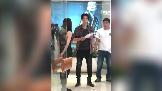 商场拍戏的汪东城看见有人拍照不忘挥手打招呼