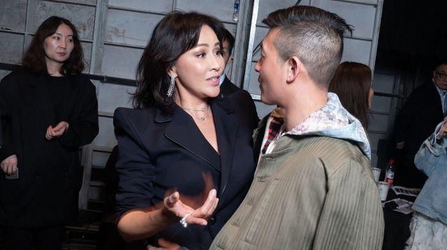 陈冠希现身上海时装周,为老友刘嘉玲大秀助阵,热聊拥抱场面温馨