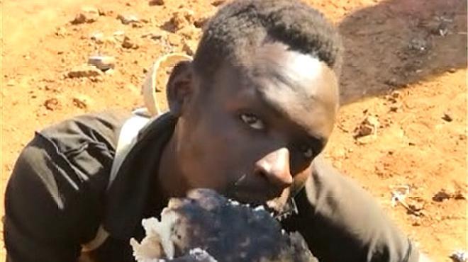 非洲男子竟然吃这样的食物,都烧成这样了,还能吃吗?