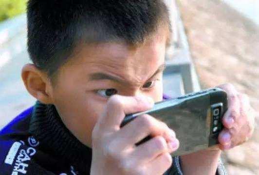 """""""妈妈,让我玩玩手机"""",不同妈妈的回答,教育出不同的孩子"""