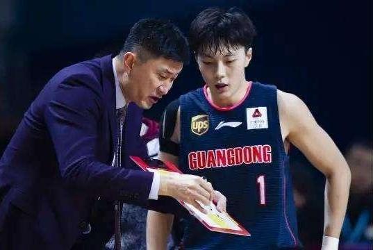 罕见怒砸战术板不满胡明轩表现 杜锋:给你机会,你要给教练信心