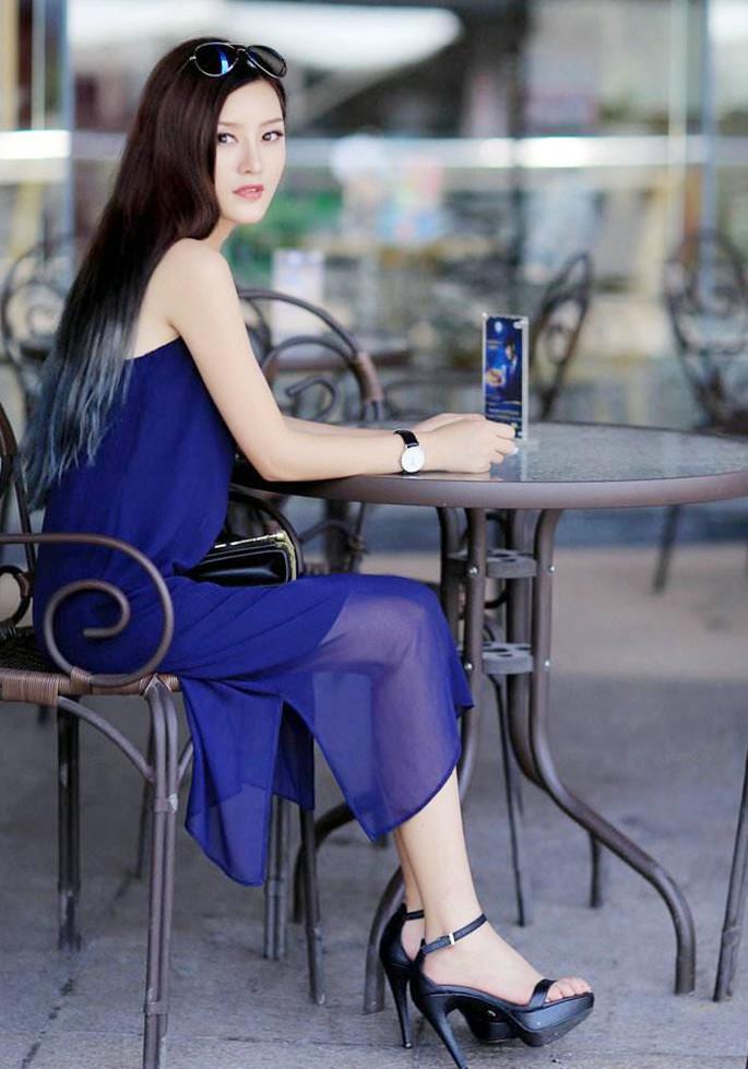 蓝色纱裙美女,高跟鞋,一头乌黑的长发,清纯又不失性感.图片