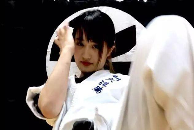 武林风世界冠军竟遭柔弱美女完虐,对方背景惊人!