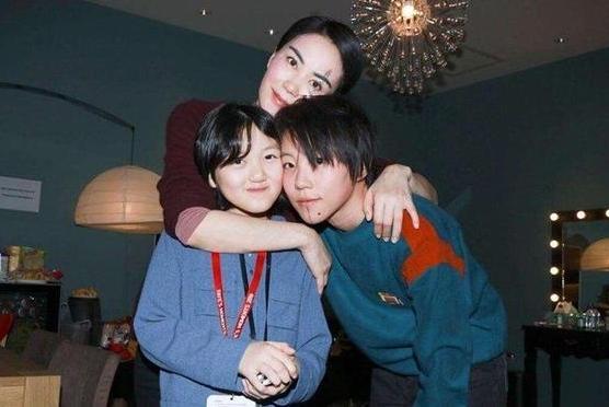 港媒偶遇王菲陪同女儿香港购物,12岁李嫣兔唇手术后已变小仙女