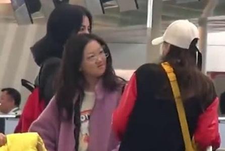 王菲陪李嫣出国购物,身穿名牌很潮范,面对镜头露出甜美笑容