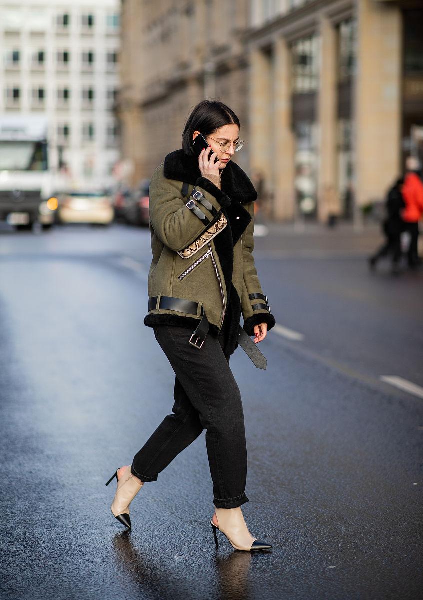 时尚博主maria barteczko街拍,麂皮夹克搭配露跟短靴图片