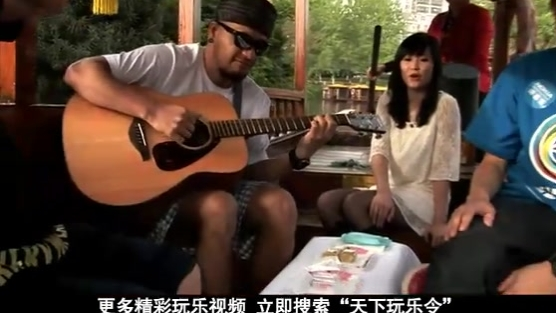 张震岳南京秦淮河上与美女甜蜜蜜