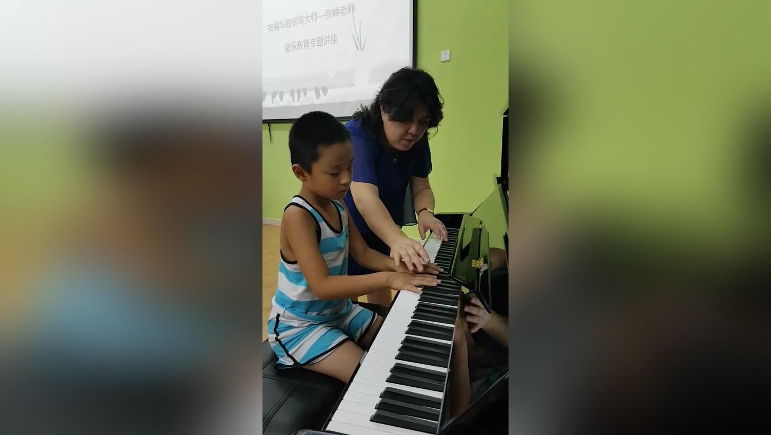 美籍华人张峰老师让零基础的孩子5分钟熟练弹奏1首钢琴曲