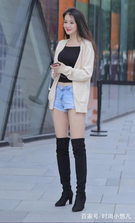 街拍:图2卡其色针织衫搭配黑色过膝长靴,时髦的一笔!