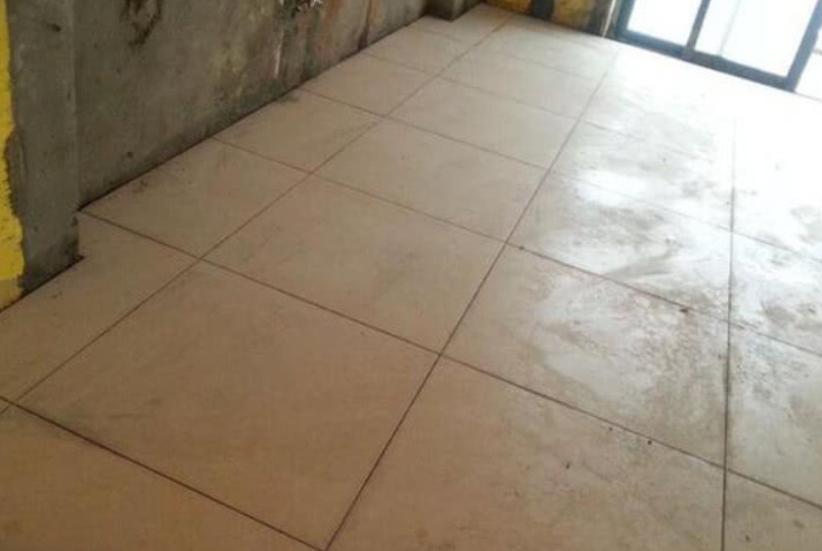 地砖有高低差问题,业主表示要扣尾款,而师傅当场就返工