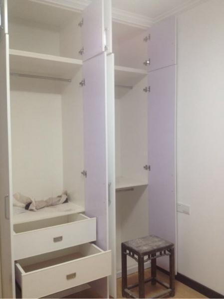 次卧的衣柜内部设计,非常的合理.
