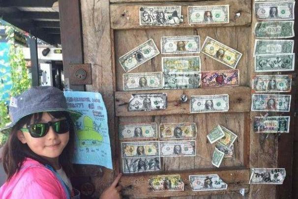 """世界上""""最有钱""""的酒吧,拿钞票当装饰品,老板:有需要就拿走"""