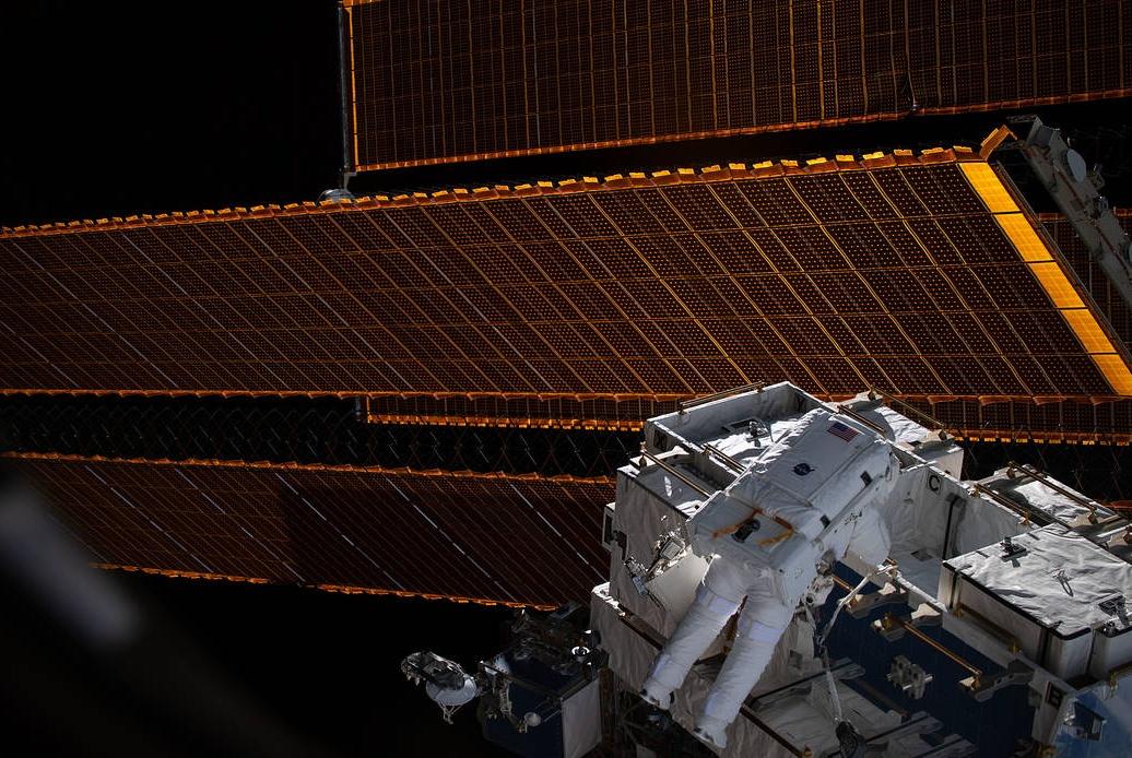 宇航员正直播太空漫步,观众忽然发现有个东西不太对劲!