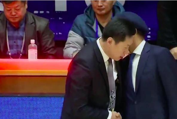 新疆战胜广厦后,阿的江与李春江握手时,两人交头接耳说了什么