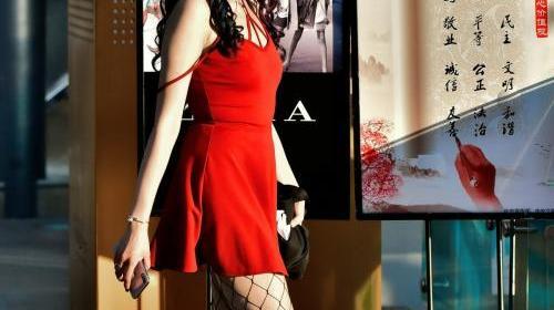 街拍:婀娜多姿的女神身穿连衣短裙,时尚又青春,美出新高度!