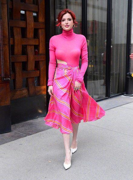 美少妇色视频_街拍:丰腴的美少妇,粉红色长裙,跟着我前女友穿的是同