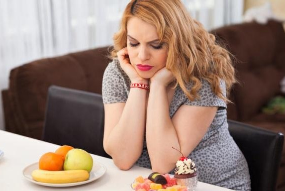 女人发胖,吃零食可能会占小一部分,这些坏习惯可能会加速发胖