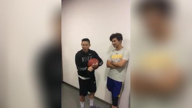 欧阳靖曝非常爱篮球,喜欢艾弗森 小土豆,说到身高笑爆陈柏霖