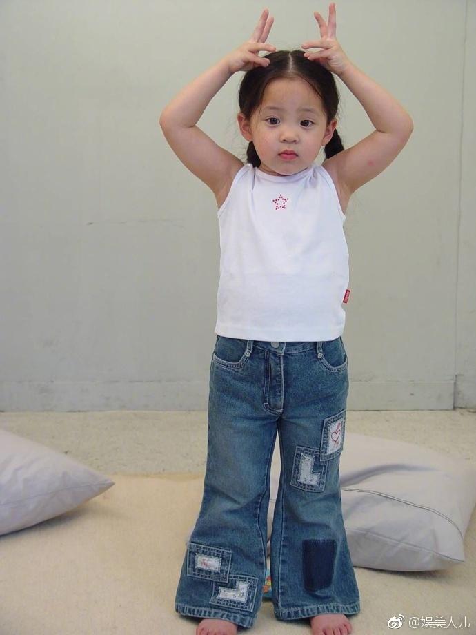 不少人都被萌化了,甚至把欧阳娜娜小时候的照片直接换成了头像.图片
