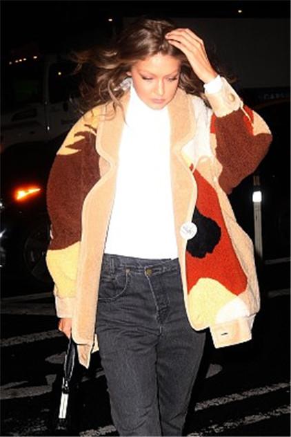 吉吉_吉吉·哈迪德现身街头,穿花格外套变棕熊