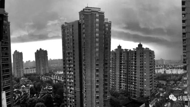 晴空万里突然暴风雨,浦江线轨道遭雷击!魔都的天气你怕了吗?!