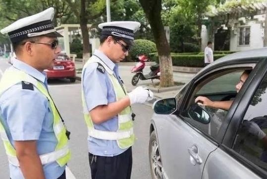 """开车时,忘带驾照就是""""无证驾驶""""?交警说出实情,进来了解下吧"""