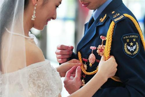 军婚熬过异地,为何在军人退伍两年离婚率最高?军嫂道出心酸真相