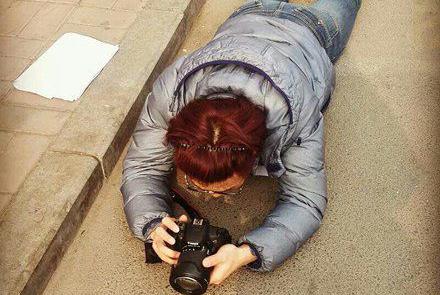 搞笑图片幽默段子笑话:哥们,趴在地板拍照不冷吗?太敬业了