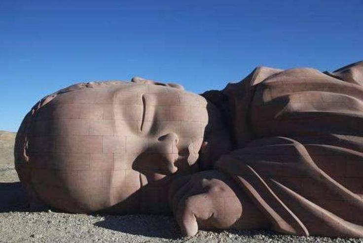 """我国沙漠中的一个""""巨婴"""",孤零零趴在沙漠两年,女性游客心疼"""