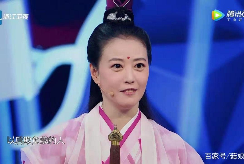 53岁周海媚上综艺重演周芷若颜值不减当年,笑容好有亲和力