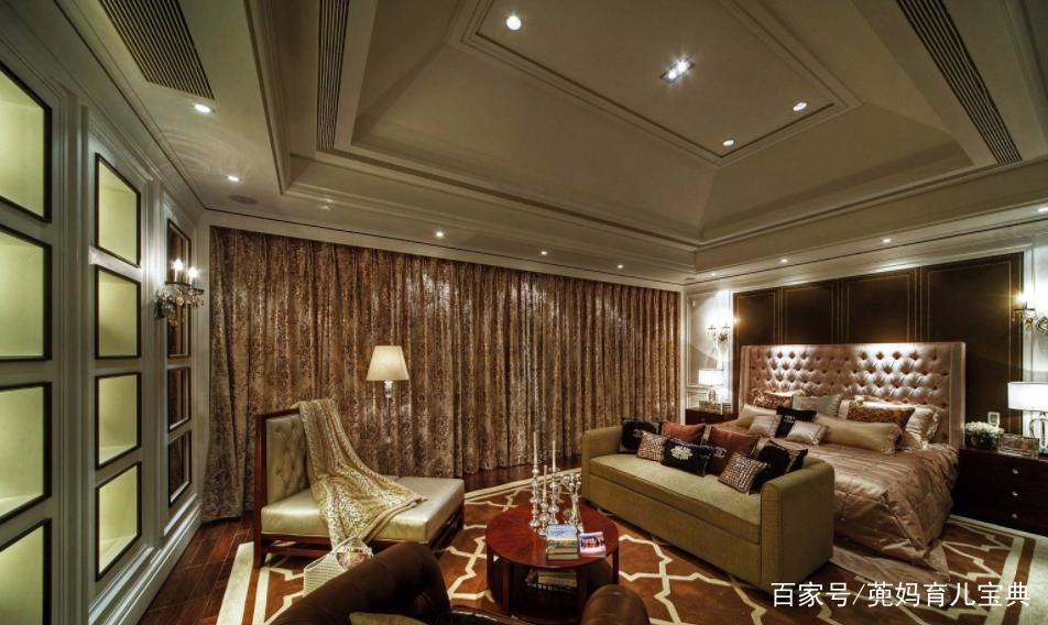 在混搭风格卧室装修效果图中,木质卧室装修背景墙设计给一种自然气息