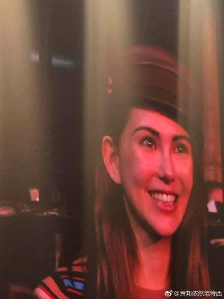 章子怡看周杰伦演唱会和昆凌合影,昆凌的脸竟有章子怡