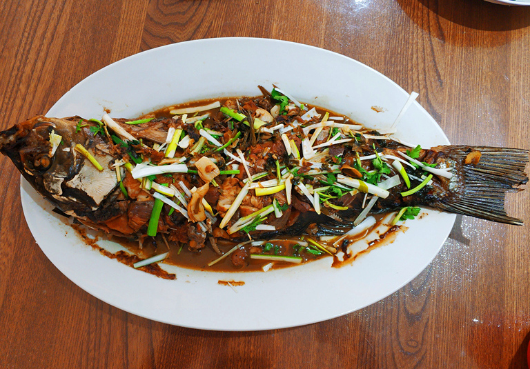 实拍:山东人家春节期间招待客人的菜,十二道家常菜,男女全上桌