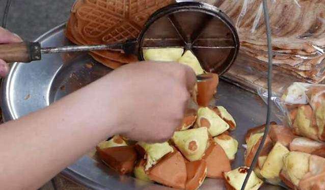 """小哥校门口卖""""鸡蛋糕"""",师生排队抢着买,顾客:去迟了就收摊了"""
