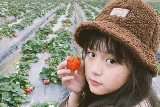 演过赵丽颖孙俪小时候的她,10岁出落得像少女,看见披萨走不动路