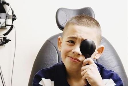 家长这些行为可能会造成孩子近视,保护孩子视力这样做