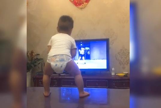 宝宝模仿电视里的人跳舞,动作很有难度,网友:真有天赋