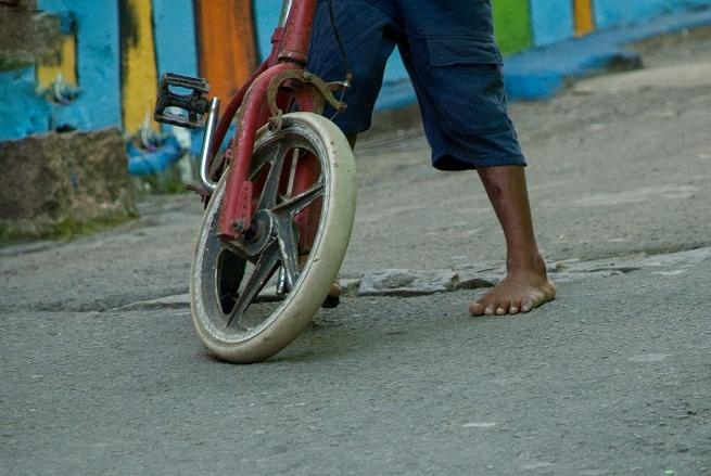 13岁少年欲探望住院弟弟,骑自行车100公里,磨破拖鞋晕倒路边!