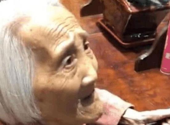 90岁老奶奶首次到理发店理发,结账时收银员的行为,引网友热议!