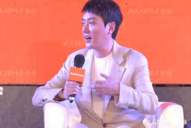 冯绍峰出席活动首谈儿子,他哭我笑,每天对着儿子喊一百遍爸爸?