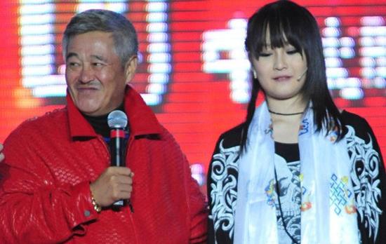 赵本山的两个女儿现如今天差地别,本山大叔偏爱球球
