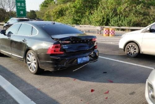 在高速上奇瑞瑞虎和沃尔沃S90相撞,车友:这就是沃尔沃的质量