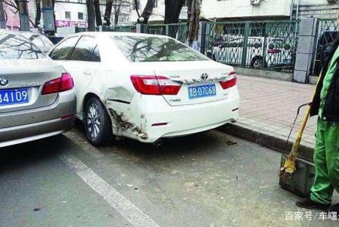 汽车停路边被撞是先报警还是先报保险?顺序搞错,一毛钱都不赔!