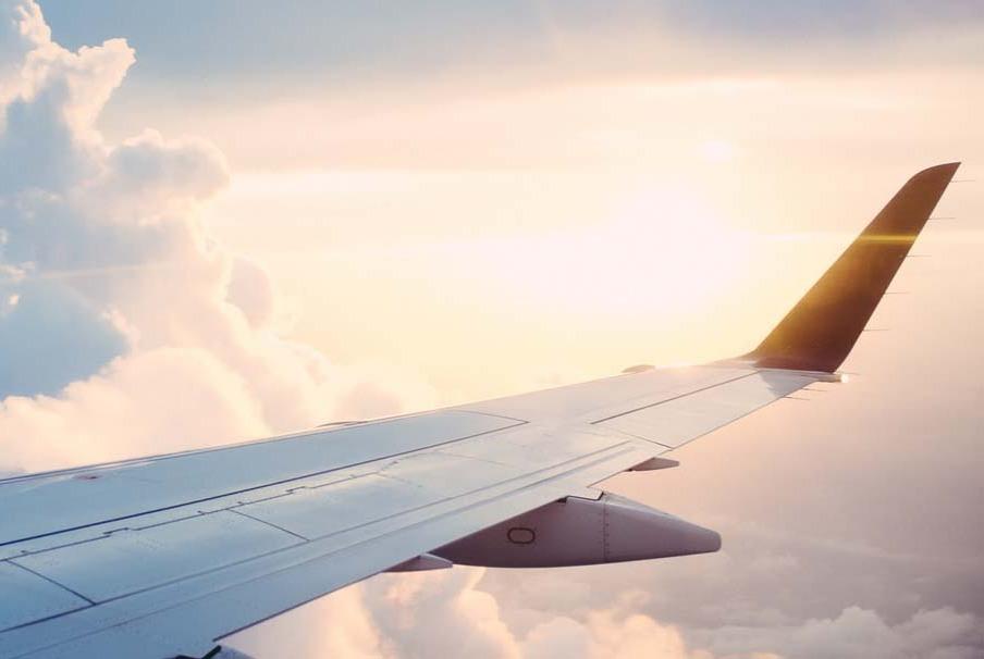 不用想了,在民航客机上跳伞,生还几率无限趋近于零