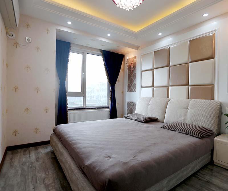 主卧的欧式床头背景造型,让原本单调的卧室变得时尚大气 在装修卫生